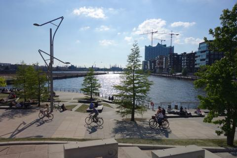 Photo of public spaces and active transportation in HafenCity (Copyright HafenCity.com)